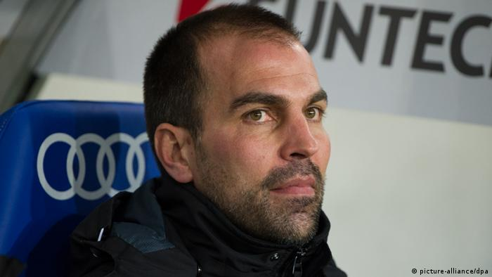 Markus Babbel sits in the dugout (Photo via dpa)