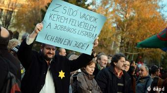 Demonstrant hält Plakat mit der Aufschrift Ich bin ein Jude hoch (Foto: dapd)