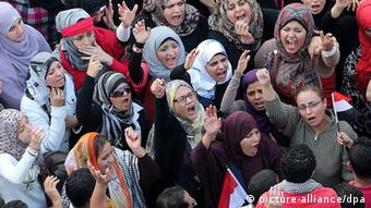 Egyptian women shout slogans against the President Mohamed Morsi (Photo: EPA/Andre Pain)