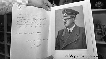 Ein aufgeschlagenes Buch mit Schrift und Hitlerbild