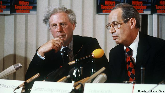 Hugh Trevor-Roper and Gerhard Ludwig Weinberg at the press conference Ohoto: picture-alliance/dpa