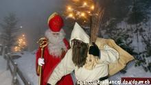 Knecht Ruprecht alias Schmutzli gefolgt von dem Schweizer Nikolaus, Samichlaus genannt, und kämpfen sich am Mittwoch 30. November 2005 auf ihrer Reise durch Schnee und Nebel zu den Kindern im Klosterdorf Niederrickenbach. Foto: Urs Flueeler +++(c) dpa - Report+++