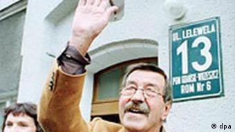 Günter Grass vor seinem Elternhaus in Danzig