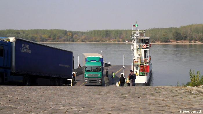 A ferry brings trucks across the Danube Photo rights: Keno Verseck