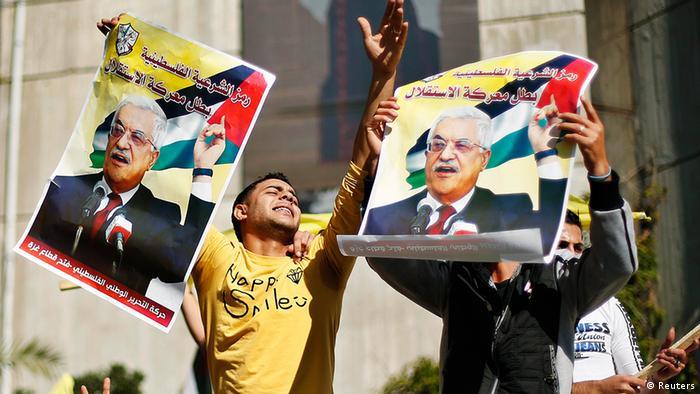 Палестинец с портретами Махмуда Аббаса