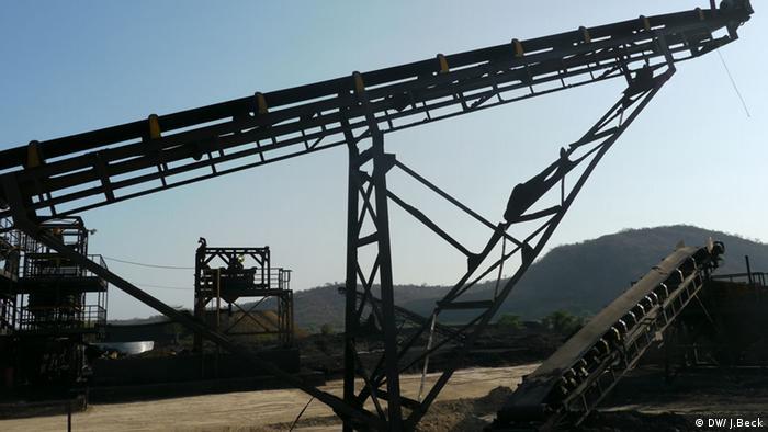 Förderbänder der Kohlemine Minas de Moatize. Die Mine ist die älteste Mine in der Region Tete, aber heute einer der kleineren. Früher wurde die Kohle unterirdisch abgebaut, heute im Tagebau. Die Förderbänder gehören zur Waschanlage, in der die Kohle aufgearbeitet wird. Bild: Moatize, Provinz Tete, Mosambik, Johannes Beck / DW Datum: 12.11.2012