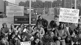 Bildergalerie Joschka Fischer Bild 4: Grüne blockieren 1983 US-Militärgelände in Frankfurt/Main