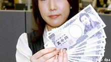 A bank employee shows new 5,000-yen, 1,000-yen and 10,000-yen Japanese banknotes at a Sumitomo Mitsui Bank in Tokyo 01 November 2004. Japanese financial institutions are fully geared up for the introduction of the new paper currency redesigned for the first time since 1984. The new notes feature state-of-the-art anti-forgery techniques and have portraits of microbiologist Hideo Noguchi (1,000-yen bill) and novelist Ichiyo Higuchi (5,000-yen bill) and prominent author Yukichi Fukuzawa (10,000-yen bill). Foto: Akashi dpa