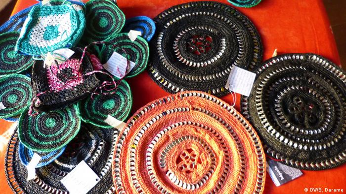 Various craft projects lie together on a mat Copyright: Braima Darame (DW Korri in Bissau)