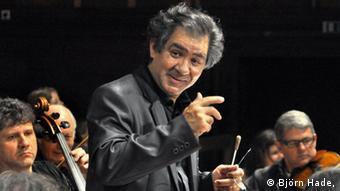 Der Dirigent Riccardo Sahiti im Kreise seiner Musiker (Foto: Björn Hadem)