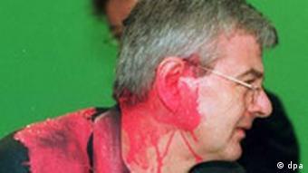 Joschka Fischer, kurz nachdem er auf dem Sonderparteitag der Grünen zum Kosovo-Krieg im Mai 1999 von einem Farbbeutel getroffen wurde (Foto: DPA)