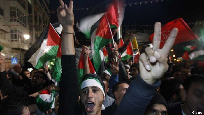 Palestinians celebrate as they watch a screen showing the U.N. General Assembly votes on a resolution to upgrade the status of the Palestinian Authority to a nonmember observer state, In the west bank city of Ramallah, Thursday, Nov. 29, 2012. (Foto:Majdi Mohammed/AP/dapd). // eingestellt von se