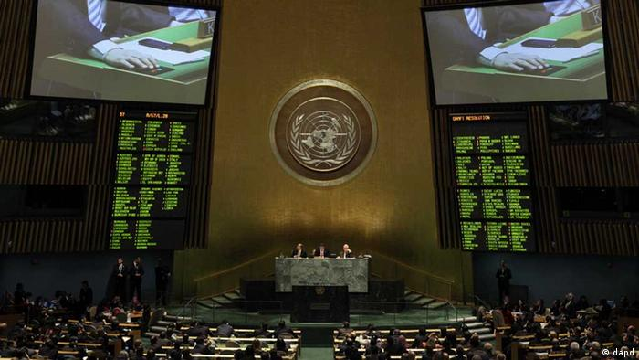 A television screen shows voting in the United Nations General Assembly, Thursday, Nov. 29, 2012. The United Nations voted overwhelmingly Thursday to recognize a Palestinian state, a long-sought victory for the Palestinians but an embarrassing diplomatic defeat for the United States. (Foto:Richard Drew/AP/dapd // eingestellt von se
