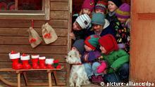 Nikolaus Stiefel mit Schlitten Kinder und Hund