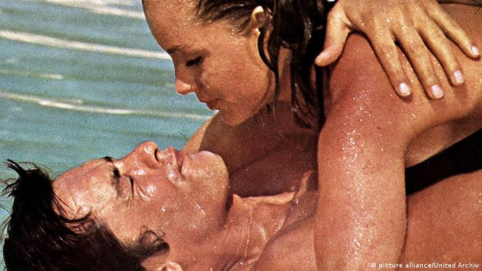 Romy Schneider and Alain Delon lay on top of one another in a scene from the movie (picture alliance/United Archiv)