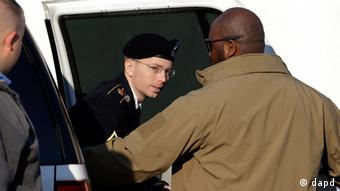 Army Pfc. Bradley Manning steps out of a security vehicle as he is escorted into a courthouse in Fort Meade, Md., Thursday, Nov. 29, 2012, for a pretrial hearing. Manning is charged with aiding the enemy by causing hundreds of thousands of classified documents to be published on the secret-sharing website WikiLeaks. (Foto:Patrick Semansky/AP/dapd)