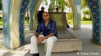 ستار بهشتی به اتهام وبلاگنویسی بازداشت و پس از یک هفته در زندان کشته شد