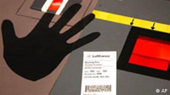 Lufthansa Fingerabdruck auf Bordkarte im Jahr 2006