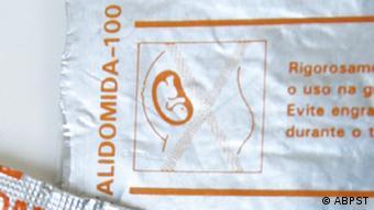 Brasilianische Verpackung eines Präparates mit dem Contergan-Wirkstoff Thalidomid von 1966 bis 1997. Zeigt die durchgestrichene Zeichnung eines schwangeren Frau.