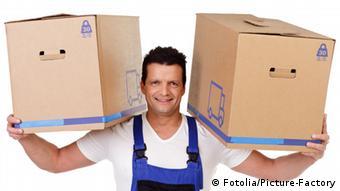 Ein Mann trägt zwei Umzugskarton auf den Schultern