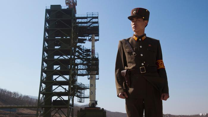 A North Korean soldier stands in front of the country's Unha-3 rocket, slated for liftoff between April 12-16, at Sohae Satellite Station in Tongchang-ri, North Korea. (Photo:David Guttenfelder, File/AP/dapd).