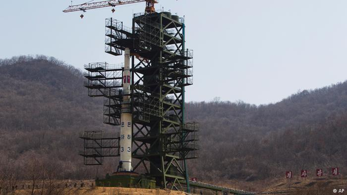 FILE - In this April 8, 2012 file photo, North Korea's Unha-3 rocket stands at Sohae Satellite Station in Tongchang-ri, North Korea. North Korea said Saturday, Dec. 1, 2012 it will launch a long-range rocket between Dec. 10 and Dec. 22. The launch will heighten already strained tensions with South Korean ahead of its presidential election on Dec. 19. (Foto:David Guttenfelder, File/AP/dapd).