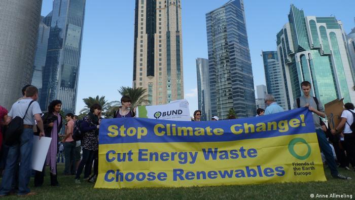 Ich habe die Fotos selbst gemacht und bin damit einverstanden, dass sie UNTER VERWENDUNG MEINES NAMENS auf den Seiten der Deutschen Welle veröffentlicht werden, Anne Allmeling. Stichwort: March Against Climate Change in Doha Schlagworte: Klimawandel, Klimakonferenz, Katar, Doha, Demonstration, Jugendliche, Aktivisten, Umwelt, Nichtregierungsorganisation, NGO Bildbeschreibung: Plakat vor Hochhäusern: March Against Climate Change am 1.12.2012 in Doha
