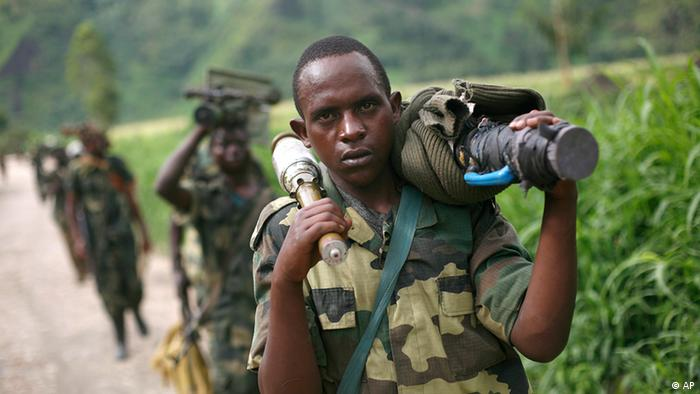 Soldiers in Congo carrying guns and ammunition .(Foto:Jerome Delay/AP/dapd).