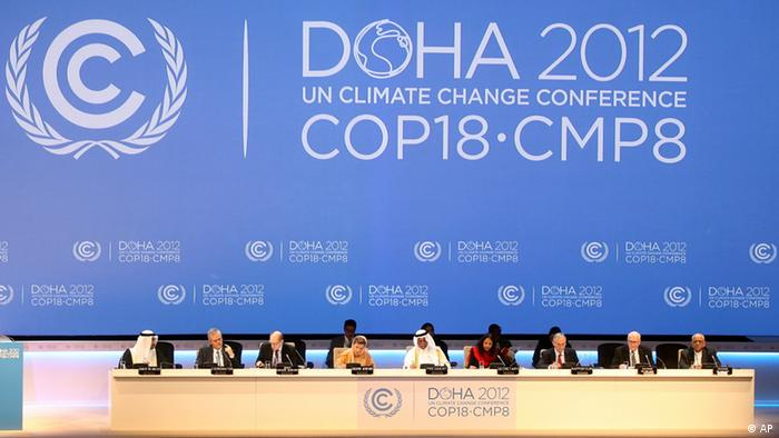 Organizers are seen on stage at the opening ceremony of the 18th United Nations climate change conference in Doha, Qatar, Monday, Nov. 26, 2012. U.N. talks on a new climate pact resumed Monday in oil and gas-rich Qatar, where negotiators from nearly 200 countries will discuss fighting global warming and helping poor nations adapt to it. The two-decade-old talks have not fulfilled their main purpose: reducing the greenhouse gas emissions that scientists say are warming the planet. (Foto:Osama Faisal/AP/dapd)