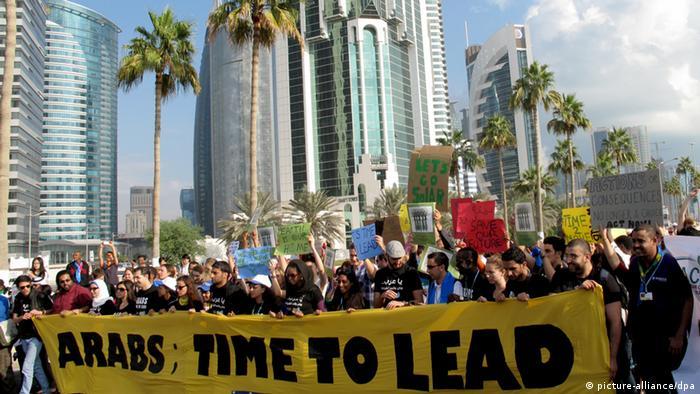Arabische Jugendliche demonstrieren am 01.12.2012 in Doha unter dem Motto Arabs - Time to Lead (Araber - Zeit zu Führen) für mehr Engagement im Klimaschutz. Sie verlangen von der Golfmonarchie und anderen arabischen Staaten, ihre klimaschädlichen CO2-Emissionen verbindlich zu senken. Foto: Denis Donnebaum dpa