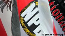 ARCHIV - Eine Fahne mit dem Logo der rechtsextremen Partei NPD, aufgenommen am 26.04.2008 bei einer Demonstration in Stolberg bei Aachen. Die Innenminister aus Bund und Ländern beraten heute am Donnerstag (22.03.2012) erneut über die Erfolgsaussichten eines NPD-Verbotsverfahrens. Aller Voraussicht nach werden sie beschließen, die Vertrauensleute («V-Leute») des Verfassungsschutzes zumindest in den Führungsgremien der NPD «abzuschalten». In einigen Bundesländern ist dies bereits geschehen. Foto: Fredrik von Erichsen dpa +++(c) dpa - Bildfunk+++