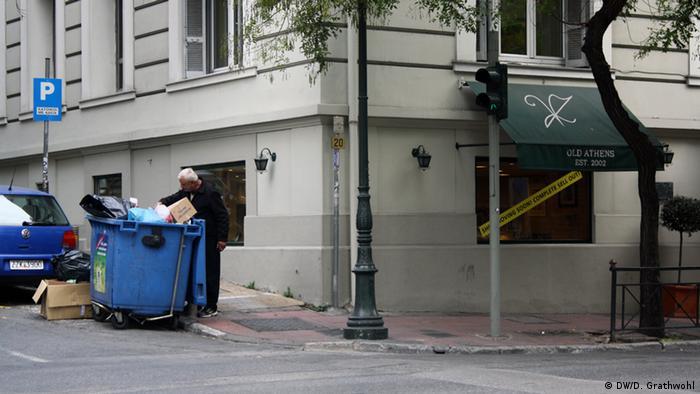 Man looking in waste Foto. Daphne Grathwohl