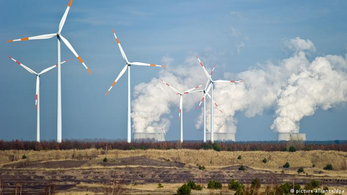 Wind vs energy from brown coal (photo: Patrick Pleul dpa/lbn)