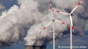 Windmills in front of a power plant (Copyright: Patrick Pleul/ dpa/lbn)