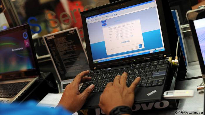 A customer browse the internet to check the bandwith capacity of a wireless connection of a laptop at an electronic market in Kuala Lumpur on May 24, 2010. AFP PHOTO / Saeed Khan (Photo credit should read SAEED KHAN/AFP/Getty Images)