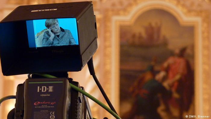Ангела Меркель в Кремле на экране монитора видеокамеры