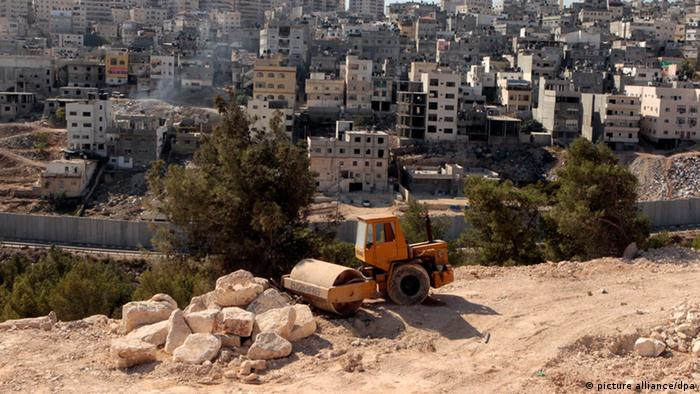 A photograph released on 30 November 2012 shows a bulldozer at a construction site in the East Jerusalem neighborhood of Pizgat Ze'ev, which many consider a sprawling Jewish settlement, on 08 November 2012.EPA/JIM HOLLANDER +++(c) dpa - Bildfunk+++