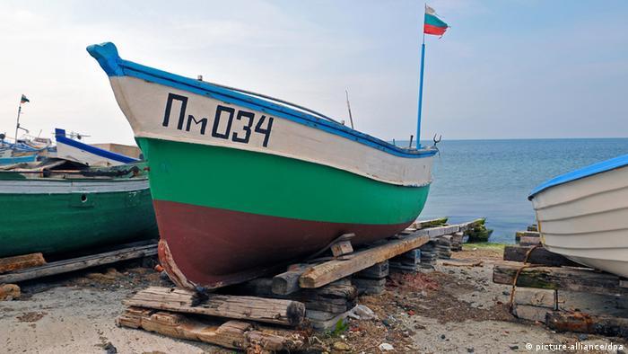 Fischerboot am Strand von Pomorie (Bulgarien)