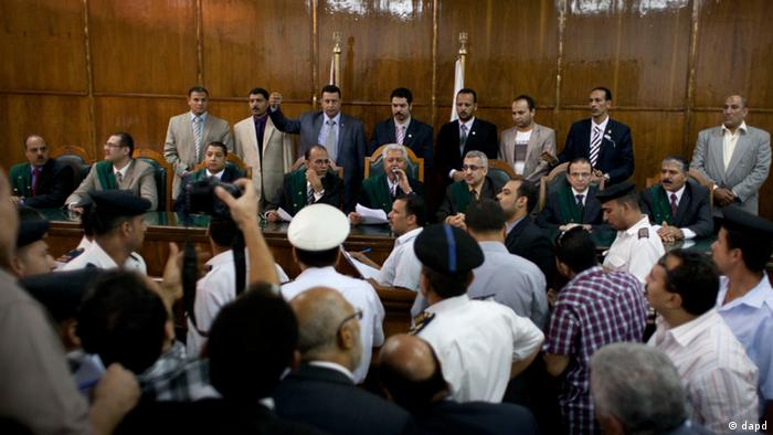 Egypt's High Administrative Court judge Nazeh Tangho, center, reads the verdict during the Court's session in Cairo, Egypt, Tuesday, Oct. 23, 2012. An Egyptian court on Tuesday has referred the decision on whether to disband the panel writing the new constitution to the country's highest court, in a new twist that would linger dispute over the panel and set stage for a show down between Islamists and court's secular judges. (Foto:Nasser Nasser/AP/dapd)