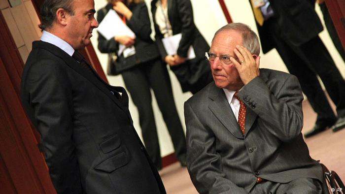 Spanish Economy Minister Luis de Guindos Jurado, left, talks with German Finance Minister Wolfgang Schaeuble, during the Eurogroup meeting, at the European Council building in Brussels, Monday, Dec. 3, 2012. Details of a plan for Greece's to reduce its heavy debt by buying some of it back at bargain prices will be presented Monday in Brussels to finance ministers from the 17 European Union countries that use the euro. (Foto:Yves Logghe/AP/dapd)