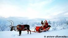 Durch das tief verschneite Lappland reist der Weihnachtsmann auf einem Schlitten, den ein Rentier auf dem Weg zum Weihnachtsfest zieht (Aufnahme November 1999).