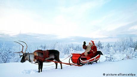 Symbolbild Weihnachtsmann Schlitten Guten Rutsch ins neue Jahr Jahresschwelle Sylvester Nikolaus Rentier Schnee Lappland