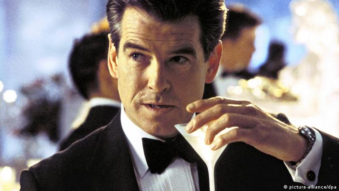 James Bond - Pierce Brosnan - with a martini in Die Another Day (picture-alliance/dpa)