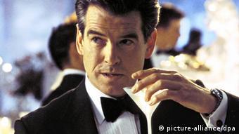 James-Bond-Darsteller Pierce Brosnan trinkt einen Wodka-Martini