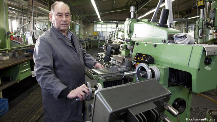 Senior bei der Arbeit, an einer Werkbank. (Foto: Christopher Clem / Fotolia.com)