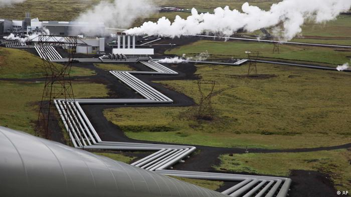 ADVANCE FOR USE SUNDAY, AUG. 28, 2011 AND THEREAFTER - In this July 28, 2011 photo, giant ducts carry superheated steam from within a volcanic field to the turbines at Reykjavik Energy's Hellisheidi geothermal power plant in Iceland. Scientists in the CarbFix experiment will separate carbon dioxide from the steam and pump it underground to react with porous basalt rock, forming limestone, to see how well the gas most responsible for global warming can be locked away in harmless form. (Foto:Brennan Linsley/AP/dapd)