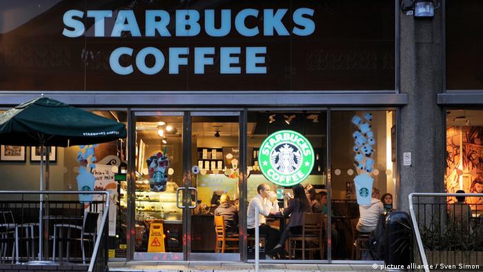 Starbucks Coffee,Kaffee,Kaffeehauskette,Aussenansicht,London,Hauptstadt von England,UK,Grossbritannien,United Kingdom,Stadt,Stadtansicht,Strassenszene,  25.08.2011.
