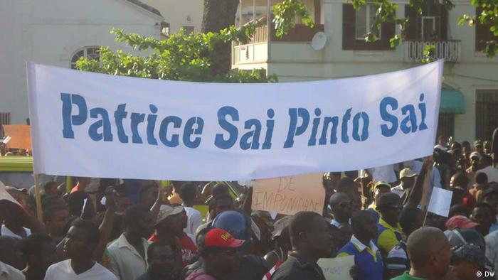 Manifestantes contra o ex-primeiro ministro Patrice Trovoada