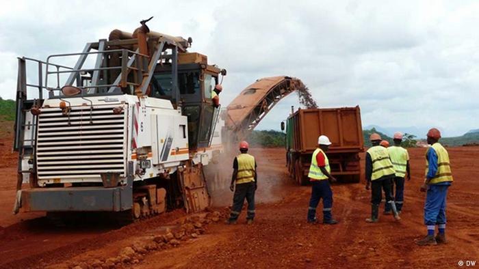 Arbeiter im Tagebau der Débélé-Mine in Kindia (Foto: Bob Barry/DW)