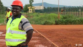James Camara in der Mine von Débélé, Kindia (Foto: Bob Barry/DW)